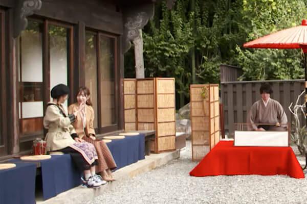 「茶懐石の宿、別邸・坐忘」で朝の野点。左から宮澤佐江、河西智美 ©TBS