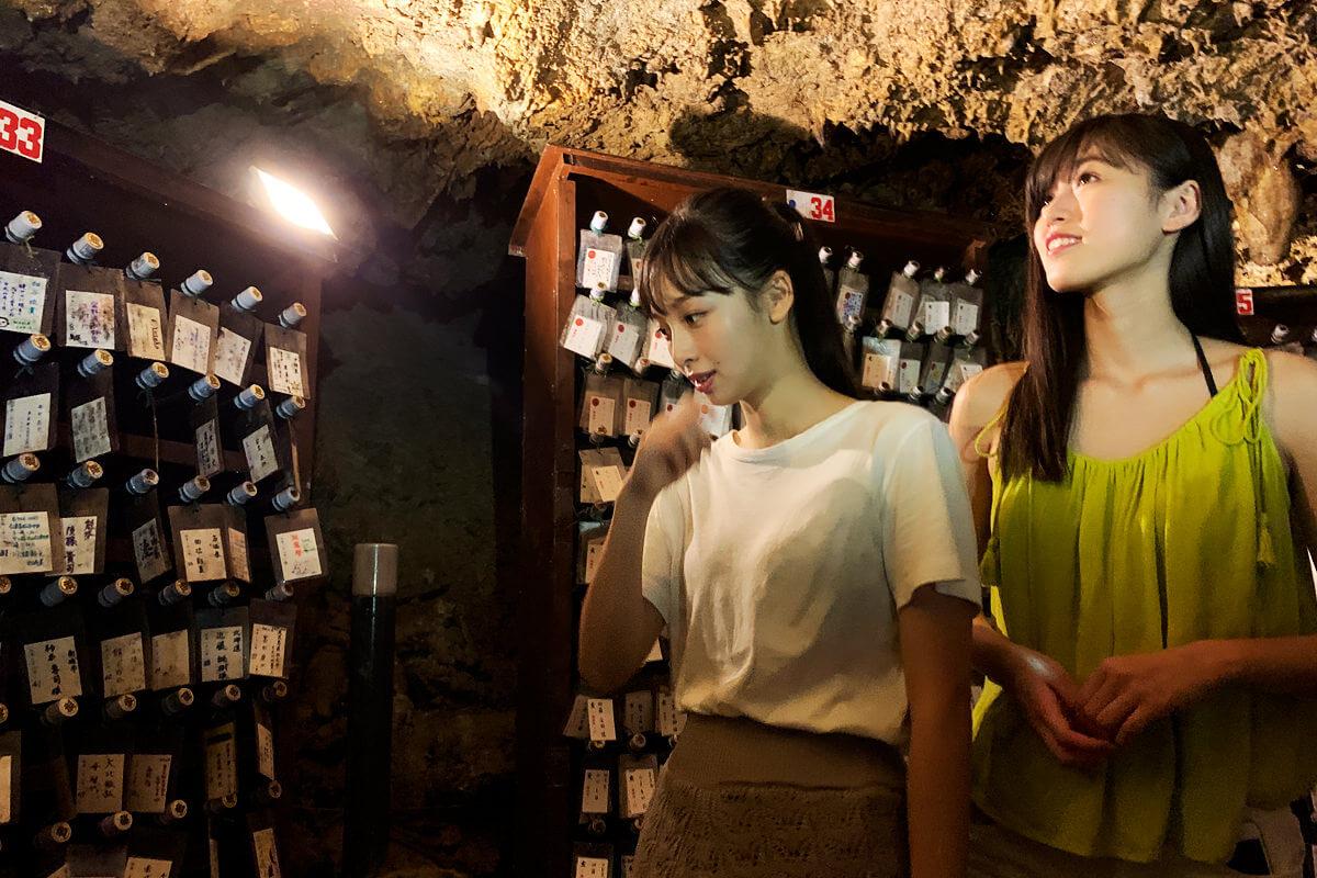 金武鍾乳洞古酒蔵。左から華村あすか、北向珠夕 ©TBS