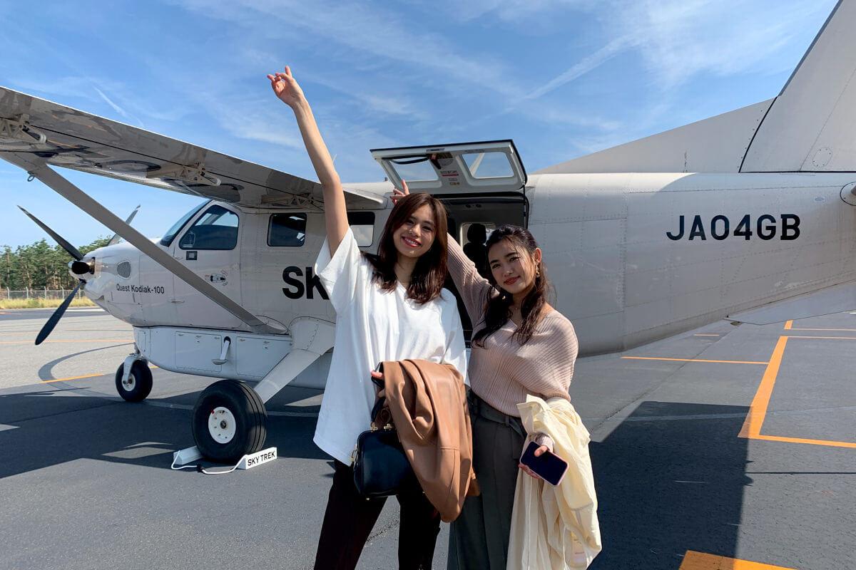 小型航空機。左から佐藤晴美、山口乃々華 ©TBS