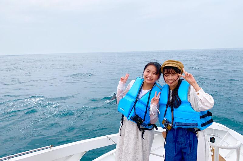 女優の大原優乃と新條由芽が熊本県の天草へ。天草の海で野生のイルカをウォッチング!