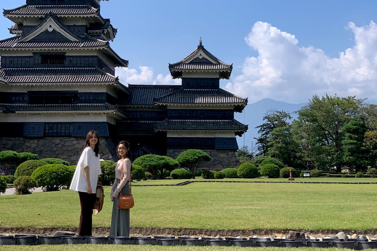 松本城にて。左から佐藤晴美、山口乃々華 ©TBS