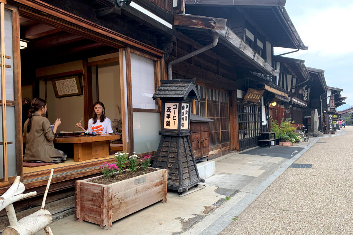 奈良井宿。左から山口乃々華、佐藤晴美 ©TBS