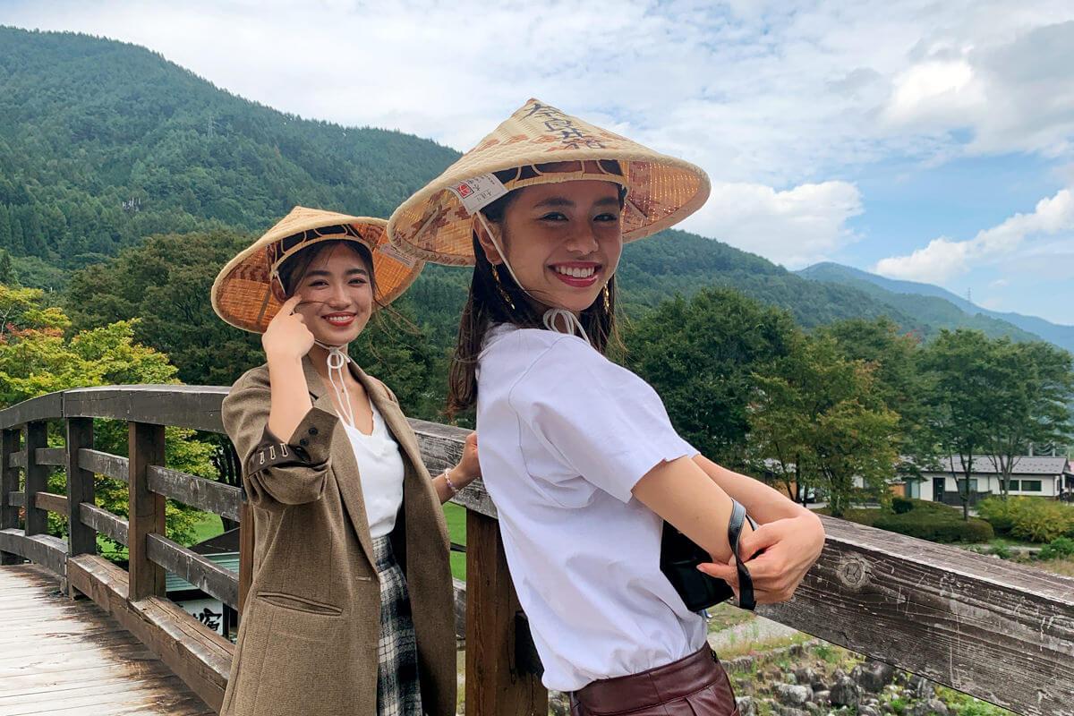 奈良井宿にて。左から山口乃々華、佐藤晴美 ©TBS