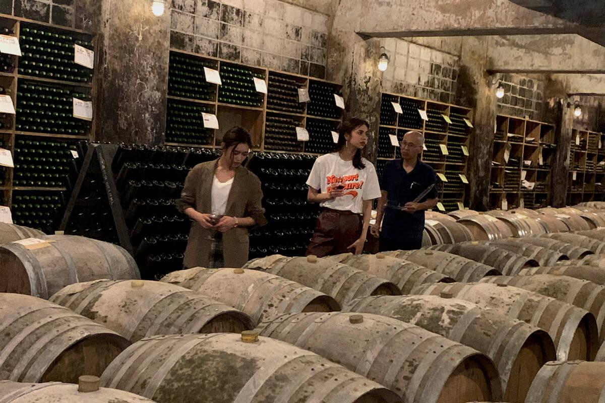 信濃ワイン。左から山口乃々華、佐藤晴美 ©TBS