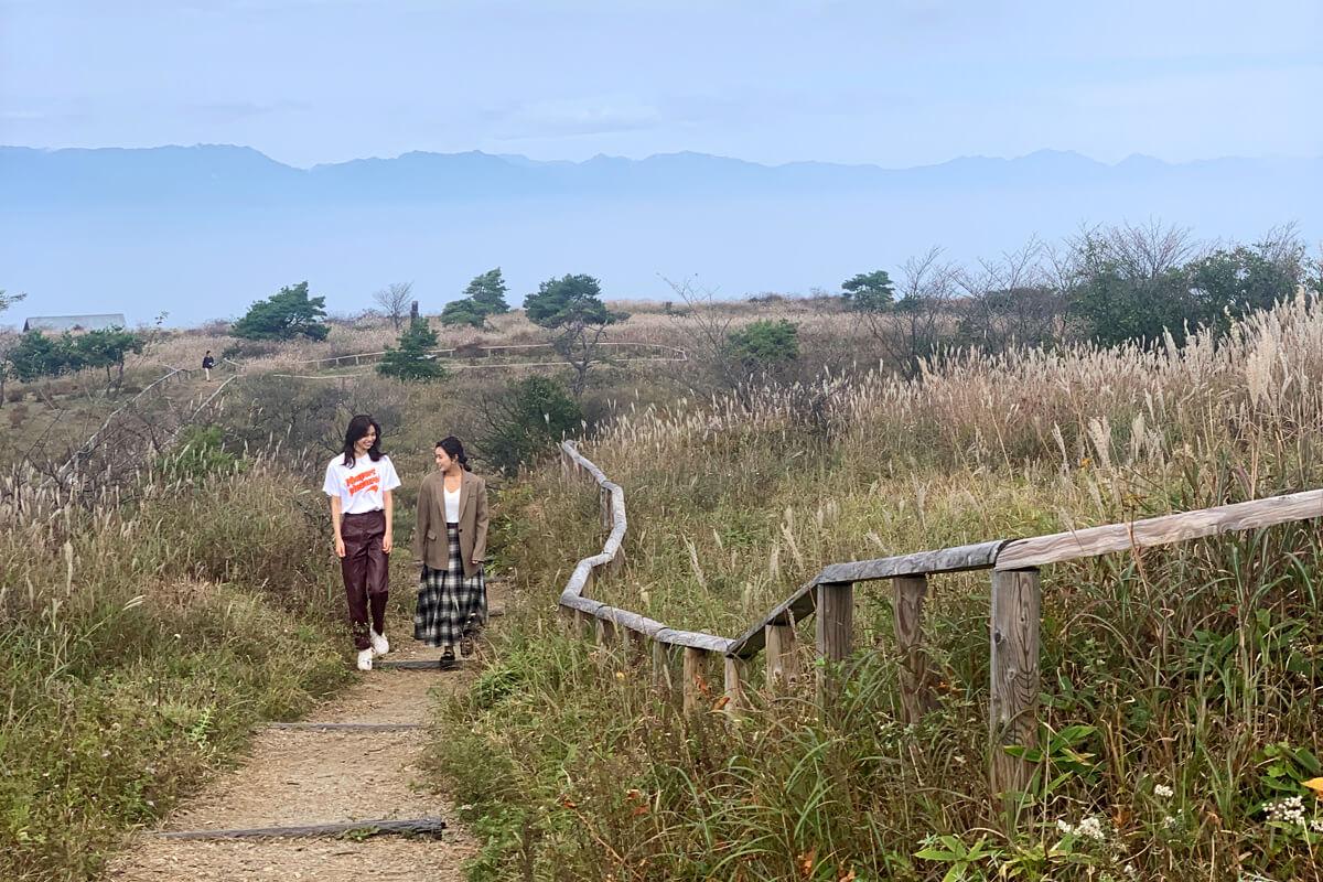 高ボッチ高原。左から佐藤晴美、山口乃々華 ©TBS
